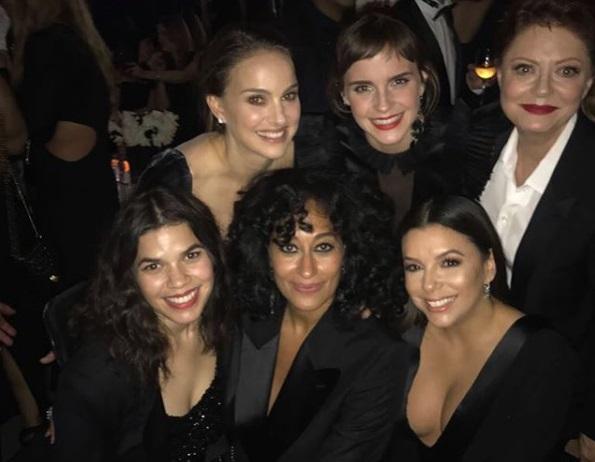 Emma Watson (felső sor középen) színész kolléganőivel a Golden Globe-on