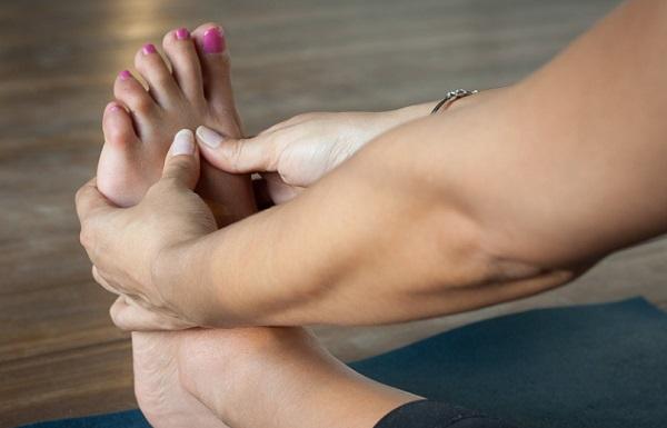 A fáradt lábakat érdemes este megtornáztatni és relaxáló fürdőbe rakni